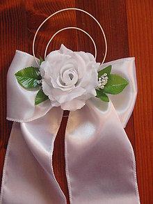 79e6dca21 Dekorácie - Saténové mašle do kostola s ružou a ratanom - 7750474_