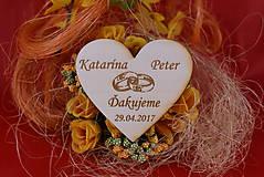 Darčeky pre svadobčanov - Drevená svadobná magnetka ako vyslužka hosťom  86 - 7750455_