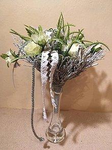 Dekorácie - kytica zelená v šedom prútenom kornútku - 7758418_