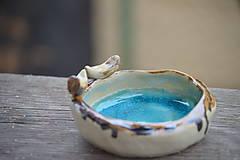 Miska tyrkysovo modrá, s roztopeným sklom a dvoma vtáčikmi.