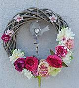 Dekorácie - Veľký prútený veniec ružovobiely s vtáčikom - 7765019_