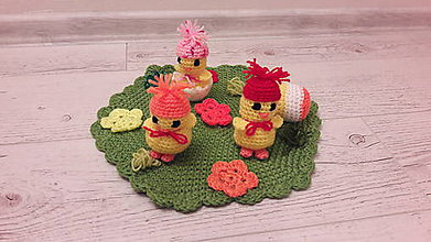 Dekorácie - zelená lúka s kuriatkami do červená - 7766142_