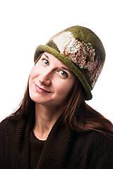 Čiapky - Dámsky vlnený klobúk, Cloche, ručne plstený z merino vlny, olivovo zelený, hodvábny detail - 7768970_