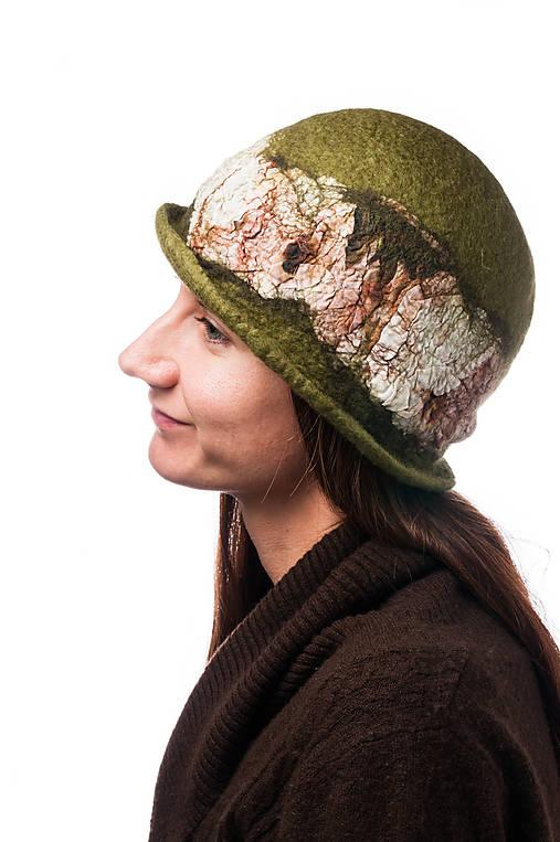 Dámsky vlnený klobúk, Cloche, ručne plstený z merino vlny, olivovo zelený, hodvábny detail
