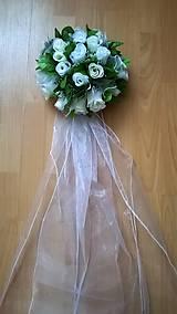 Svadobná guľa z ruží na dvere