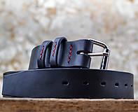 Opasky - Klasický čierny opasok dekorovaný červenou voskovanou niťou. - 7773027_