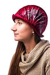 Čiapky - Dámsky vlnený klobúk, ručne plstený z Merino vlny, Cloché dizajn, červený s hodvábnym doplnkom - 7778300_