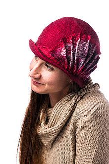 Čiapky - Dámsky vlnený klobúk, ručne plstený z Merino vlny, Cloché dizajn, červený s hodvábnym doplnkom - 7778299_