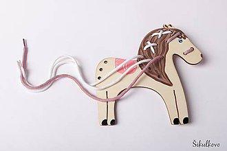 Hračky - Prevliekacia hračka koník ružové sedlo - na jemnú motoriku - 7776357_