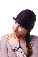 Čiapky - Tmavo fialový dámsky vlnený klobúk, plstený z Merino vlny - 7778958_