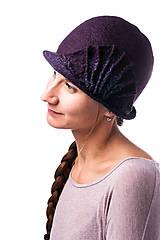 Čiapky - Tmavo fialový dámsky vlnený klobúk, plstený z Merino vlny - 7778959_