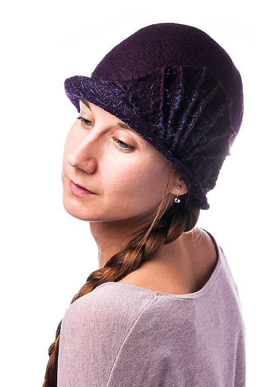 Tmavo fialový dámsky vlnený klobúk, plstený z Merino vlny