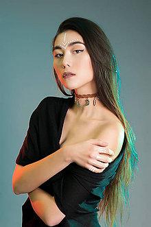 Náhrdelníky - Pletený choker náhrdelník s príveskami - 7785577_