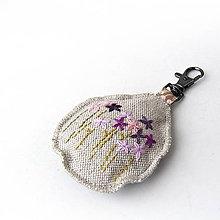 Kľúčenky - Prívesok na kľúče Fialové kvety - 7784688_
