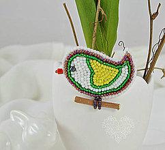 Odznaky/Brošne - Vyšívaný vtáčik veľkonočný so žltým  srdiečkom - 7786951_