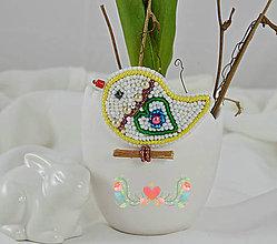 Odznaky/Brošne - Vyšívaný vtáčik veľkonočný so zeleným srdiečkom - 7786976_