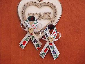 Pierka - Č.114 Folklórne pierka z tenkej stuhy s červeným srdcom - 7793372_