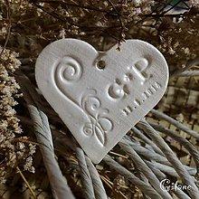 Darčeky pre svadobčanov - Keramické srdiečka s iniciálami a dátumom - 7794634_