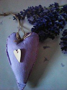 Dekorácie - Srdiečko fialkové s dreveným srdcom - 7798391_