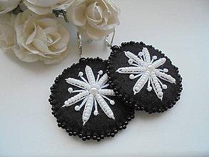 Náušnice - Filcové náušnice s bielym kvetom - 7805849_