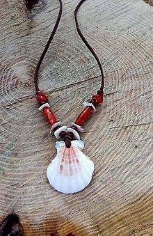 Náhrdelníky - náhrdelník s mušľami a s červenými koralmi - 7812419_