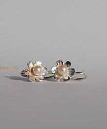 Náušnice - náušnice kvietky s perličkou - 7819813_