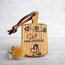Kľúčenky - Kľúčenka z agátového dreva s menom a motýľom - 7821683_