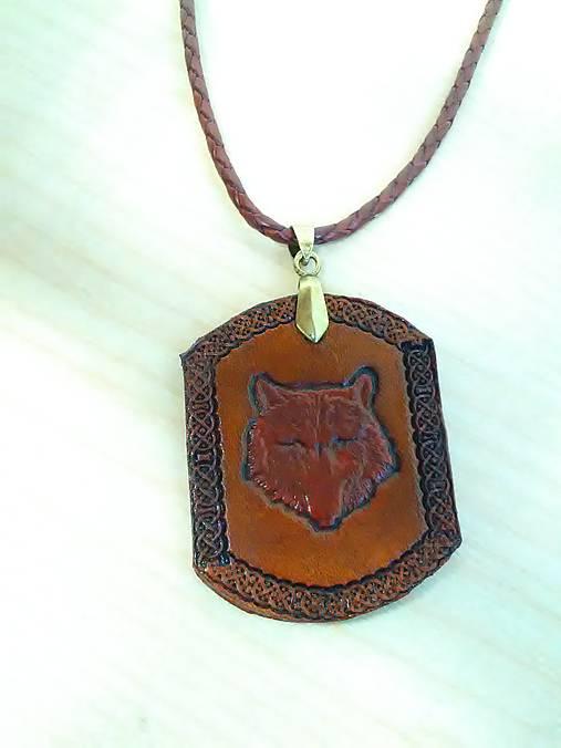 Kožený ručne robený prívesok /náhrdelník/ vlk na koženej pletenej šnúrke.