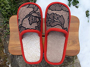 Obuv - Béžové vzorované papuče s červeným lemom - 7831963_