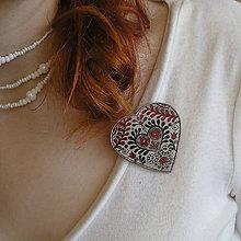 Odznaky/Brošne - plastová brošňa srdce s folklórnym motívom - 7833709_