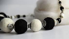 Náhrdelníky - Plstený náhrdelník v čierno bielej klasike - 7837586_