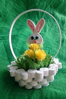 Dekorácie - Veľkonočný zajko v košíčku s kyticou - 7841961_