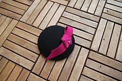 Ozdoby do vlasov - čierny fascinátor s ružovou ozdobou - 7850741_