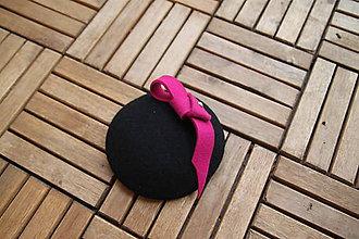 Ozdoby do vlasov - čierny fascinátor s ružovou ozdobou - 7850742_