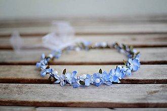 Ozdoby do vlasov - jemný modrý květinkový věneček s perličkami - 7848152_