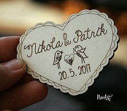 Darčeky pre svadobčanov - Drevené svadobné magnetky srdiečko vrabce - 7852511_