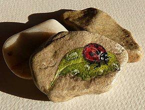 Dekorácie - Ručne maľovaná miniatúra na kameň LIENKA - 7860901_