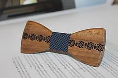 Doplnky - Gravírovaný Drevený motýlik (Drevený motýlik) - 7860464_