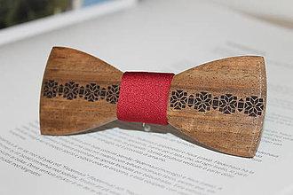 Doplnky - Gravírovaný drevený motýlik - 7864972_