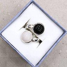 Prstene - Harmony of Gemstones Ring - Black Agate & White Chalcedony / Prsteň Harmónia minerálov - biely chalcedon a čierny achát - 7875884_