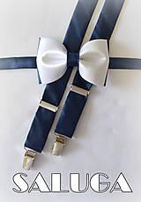 Doplnky - Pánsky bielo modrý motýlik + traky - tmavo modré - 7874789_