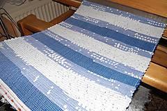 - Tkaný modro-biely koberec  - 7876313_