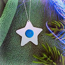 Dekorácie - Strieborné vianočné ozdoby (s gombíkom - hviezdička) - 7876195_