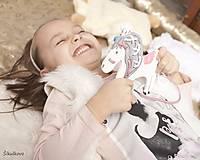 Prevliekacia hračka koník biely (ružové sedlo)