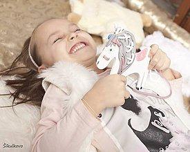 Hračky - Prevliekacia hračka koník biely II. - na jemnú motoriku - 7880154_