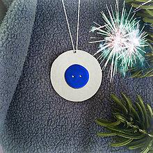 Dekorácie - Strieborné vianočné ozdoby (s gombíkom - vianočná guľa) - 7879171_