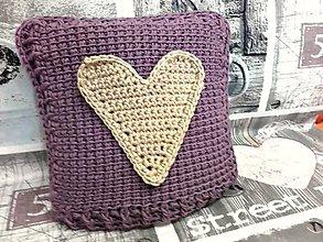 Úžitkový textil - Háčkovaný vankúš so srdiečkom - 7883076_