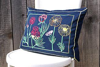 Úžitkový textil - Obliečka na vankúš s ručne vyšívaným vzorom - 7885177_