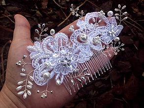 Ozdoby do vlasov - svadobný hrebienok do vlasov - snehobiely - 7889365_