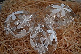 Dekorácie - Kraslica zo skla - biele kvietky - 7890487_